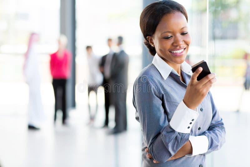 Αφρικανικό τηλέφωνο γυναικών σταδιοδρομίας στοκ φωτογραφίες με δικαίωμα ελεύθερης χρήσης