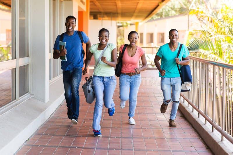 Αφρικανικό τρέξιμο φοιτητών πανεπιστημίου στοκ φωτογραφία