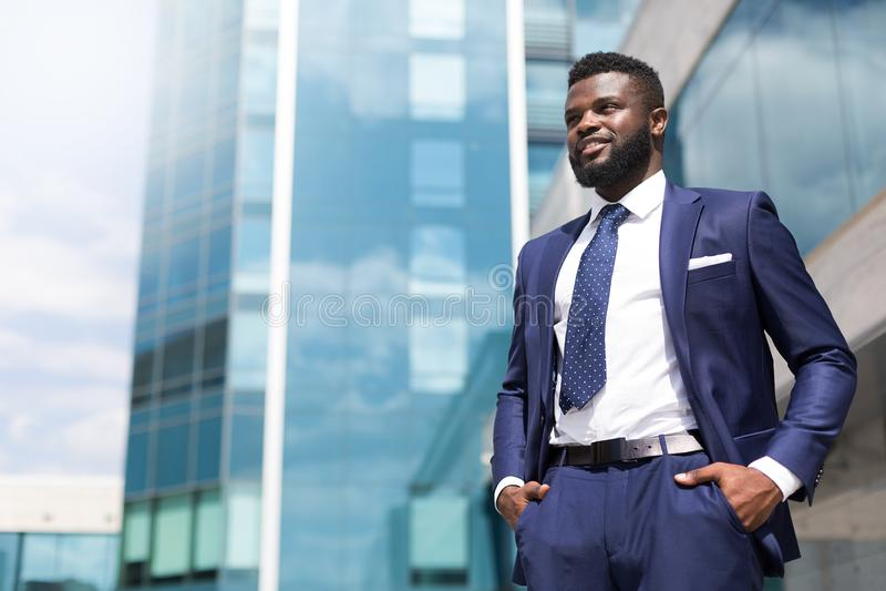 Αφρικανικό millenial άτομο στο κοστούμι που στέκεται κοντά στο κτίριο γραφείων που γεμίζουν με την ευγνωμοσύνη με το διάστημα αντ στοκ φωτογραφίες με δικαίωμα ελεύθερης χρήσης