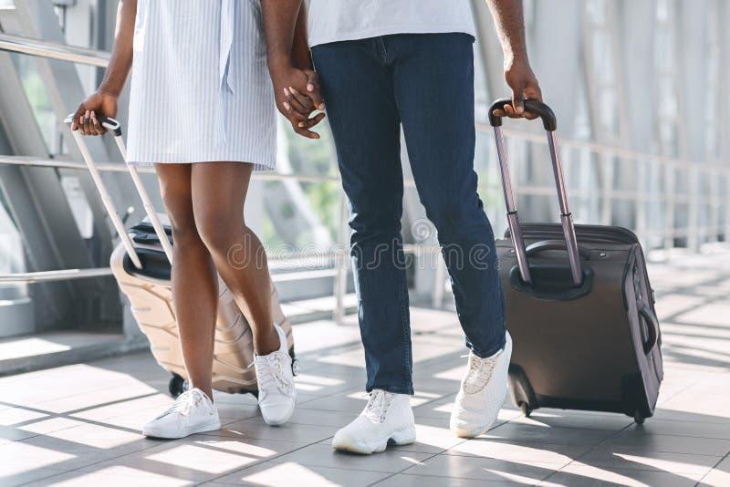 Αφρικανοί νεόνυμφοι που πηγαίνουν με βαλίτσες για την αναχώρηση στοκ εικόνα