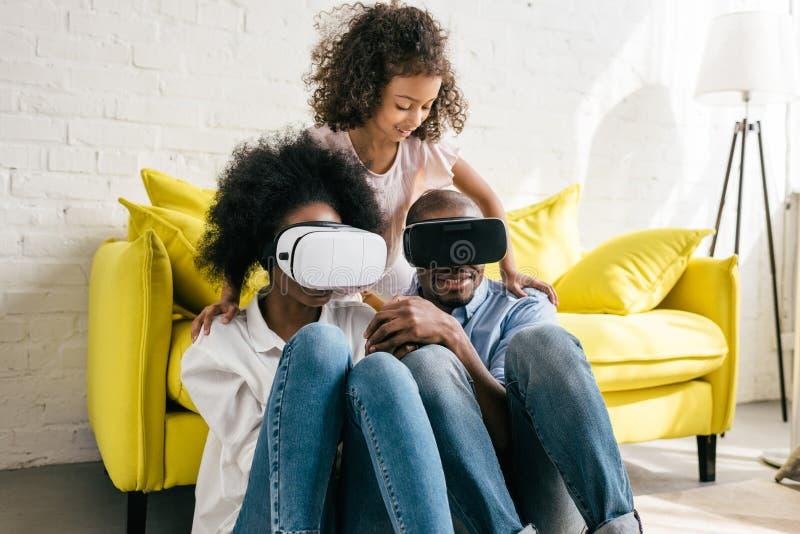 αφροαμερικάνος στην κάσκα εικονικής πραγματικότητας που έχει τη διασκέδαση από κοινού στοκ φωτογραφίες