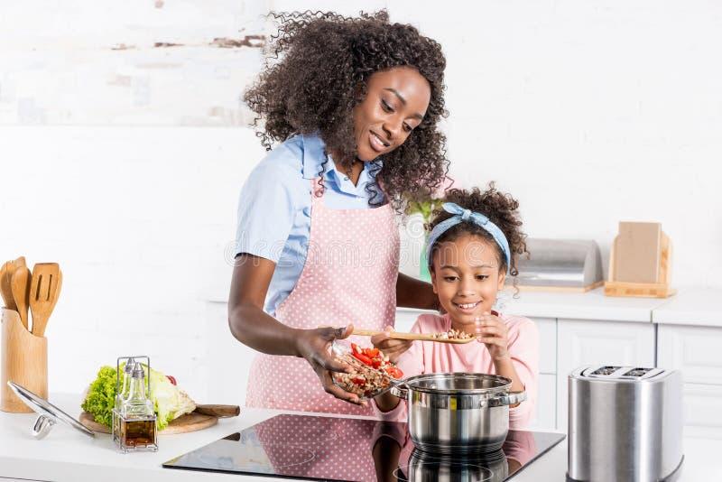αφροαμερικάνος mom και μαγείρεμα κορών σε ηλεκτρικό στοκ φωτογραφίες με δικαίωμα ελεύθερης χρήσης