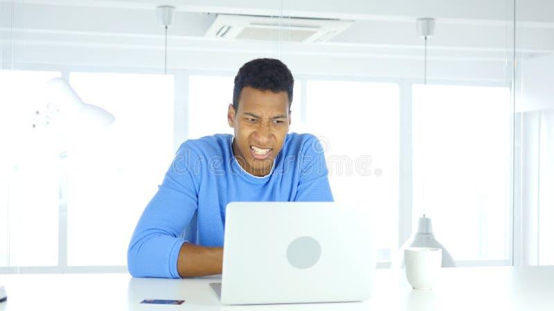 Αφροαμερικανός άτομο που αντιδρά για να αποτύχει τη σε απευθείας σύνδεση συναλλαγή, πληρωμή στοκ φωτογραφίες με δικαίωμα ελεύθερης χρήσης