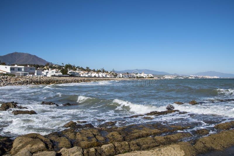 Αφρός και βράχοι κυμάτων θάλασσας στην παραλία Estepona, Ανδαλουσία, Ισπανία Ειρηνικά ωκεάνια κύματα στην παραλία στοκ εικόνες