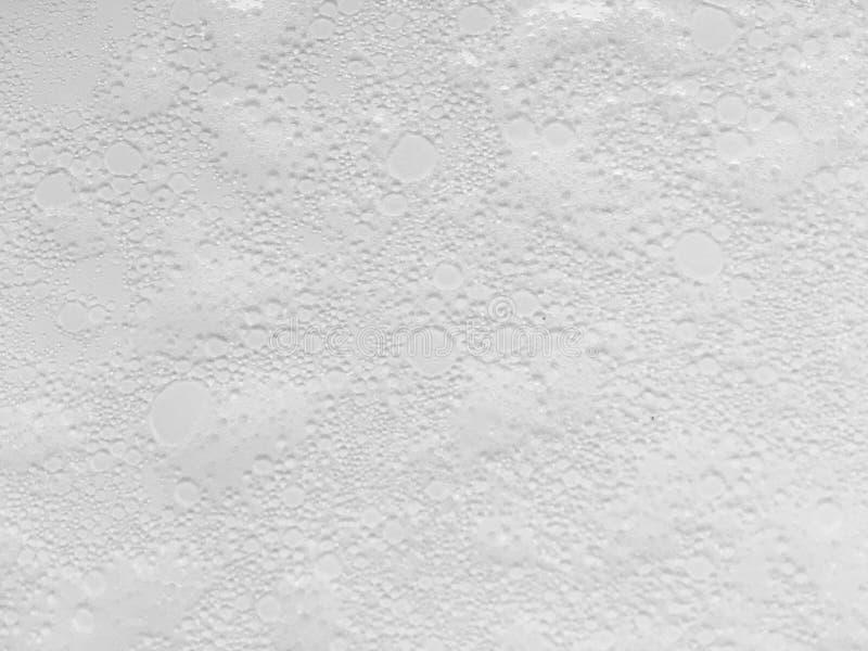 Αφρός σαπουνιών στο άσπρο υπόβαθρο στοκ εικόνα με δικαίωμα ελεύθερης χρήσης