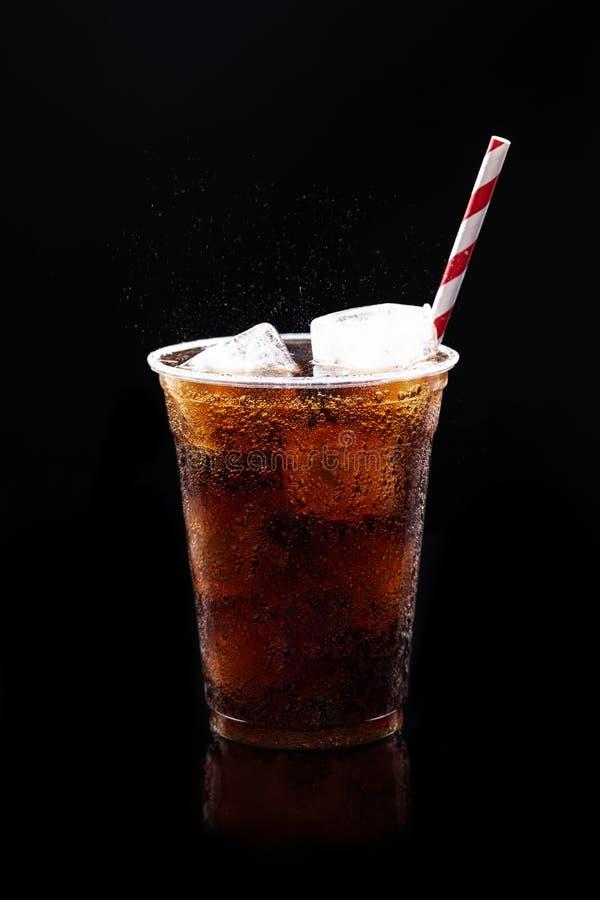 Αφρώδες μη αλκοολούχο ποτό στο μαύρο υπόβαθρο στοκ φωτογραφία με δικαίωμα ελεύθερης χρήσης