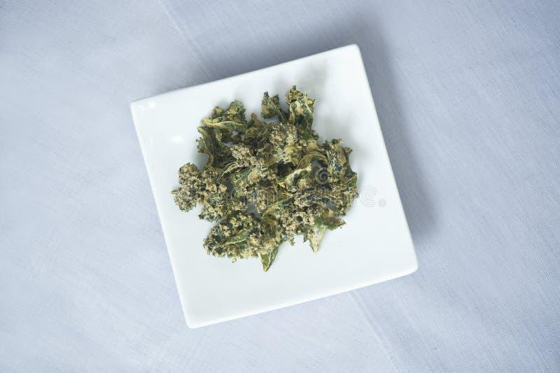 Αφυδατωμένα τσιπ του Kale στοκ εικόνα