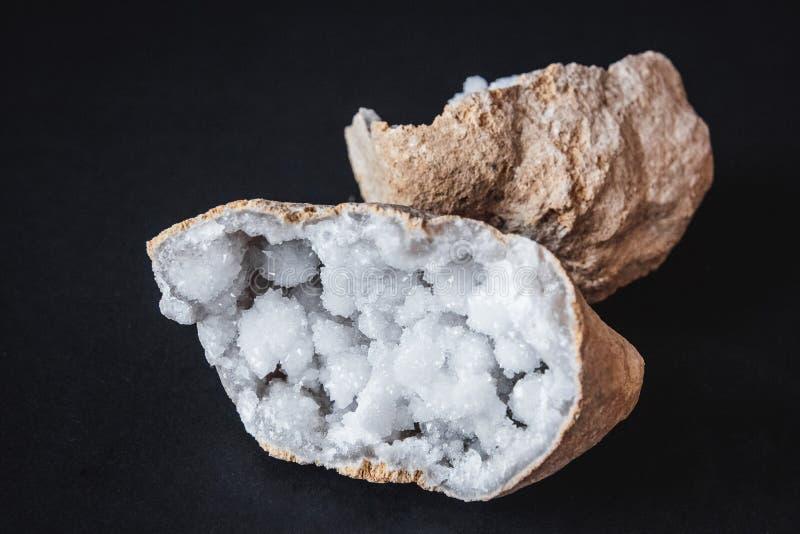 Αχάτης Μια διατομή της πέτρας αχατών με το geode σε ένα μαύρο υπόβαθρο Προέλευση: Μαρόκο, Sidi Rachal στοκ φωτογραφία με δικαίωμα ελεύθερης χρήσης