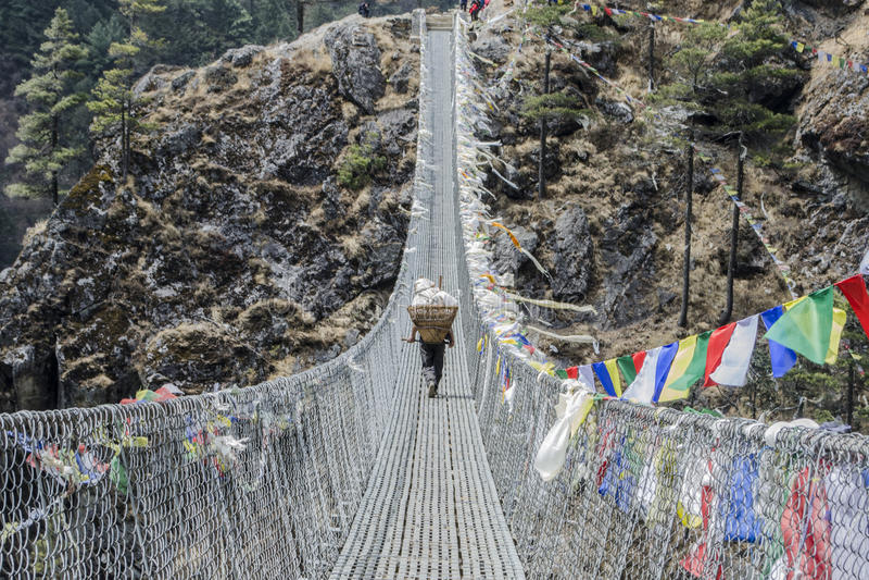 Αχθοφόρος sherpa Himalayan στη γέφυρα σχοινιών στοκ φωτογραφία με δικαίωμα ελεύθερης χρήσης
