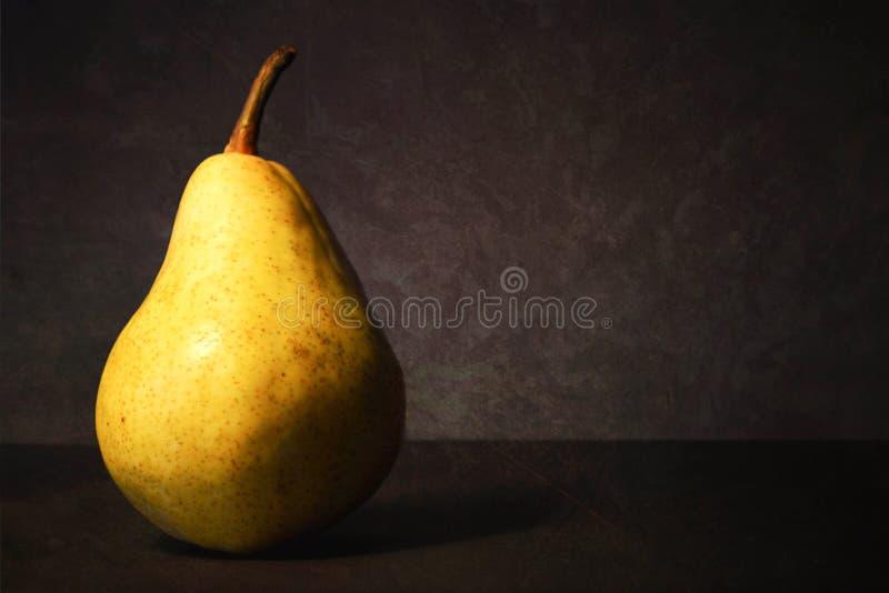 Αχλάδι στο σκοτεινό υπόβαθρο grunge Ακόμα ζωή με το juicy αχλάδι στοκ εικόνες