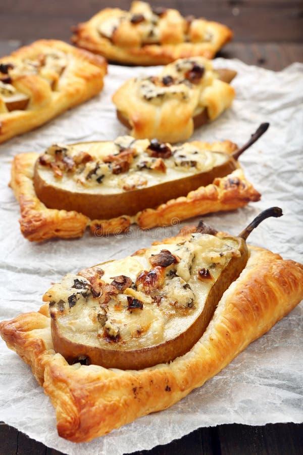 Αχλάδια που ψήνονται στη ζύμη ριπών με gorgonzola το τυρί και τα ξύλα καρυδιάς στοκ φωτογραφία με δικαίωμα ελεύθερης χρήσης