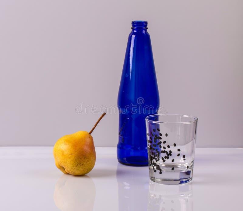 Αχλάδι και μπουκάλι στοκ εικόνες