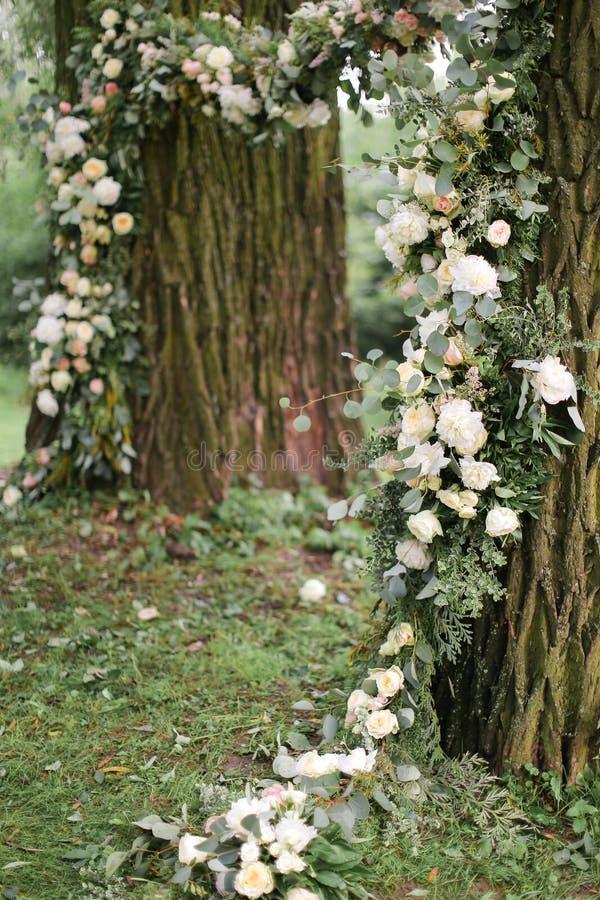 Αψίδα γαμήλιων λουλουδιών για τη σύνοδο φωτογραφιών στοκ εικόνες