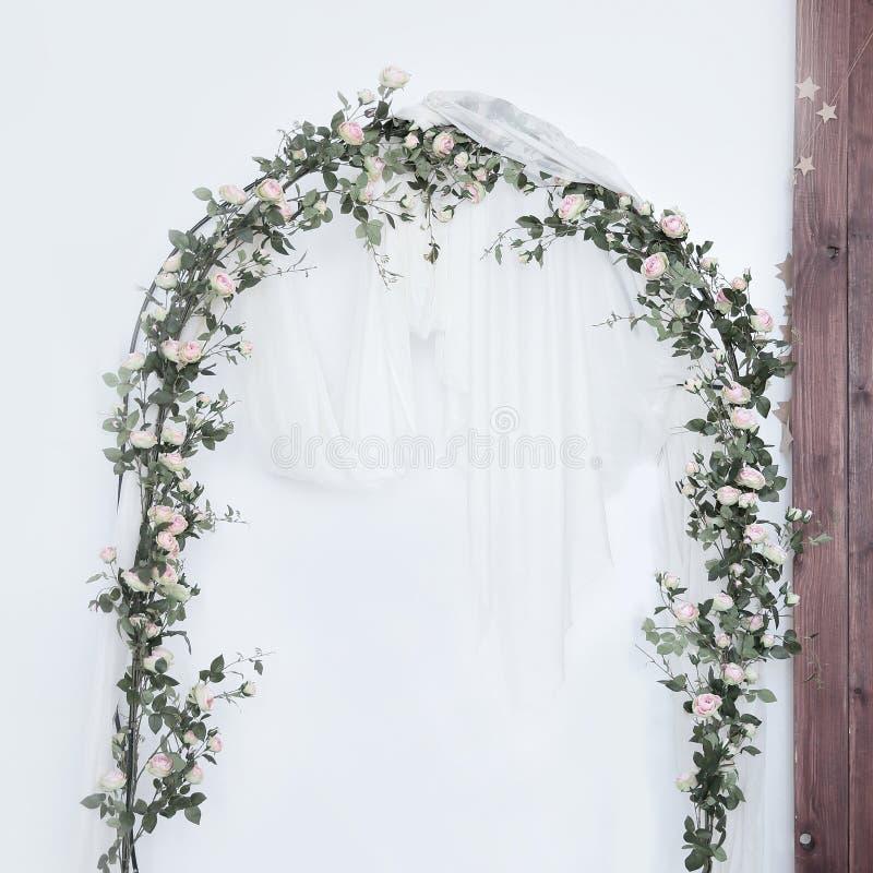 Αψίδα για τη γαμήλια τελετή, που διακοσμείται με το ύφασμα και τα λουλούδια στοκ εικόνες