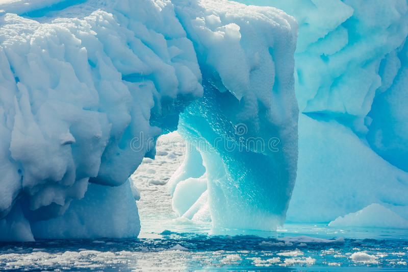 Αψίδα κινηματογραφήσεων σε πρώτο πλάνο του παγόβουνου Ανταρκτικό τοπίο στοκ εικόνες με δικαίωμα ελεύθερης χρήσης