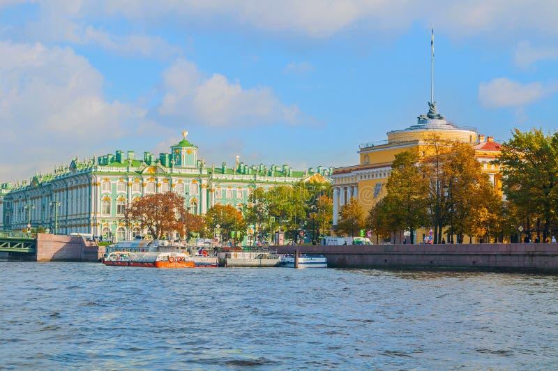 Αψίδα ναυαρχείου και χειμερινό παλάτι ή Μουσείο Ερμιτάζ στο ανάχωμα του ποταμού Neva στη Αγία Πετρούπολη, Ρωσία στοκ εικόνα
