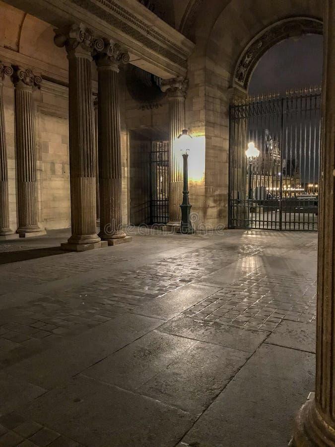Αψίδα προαυλίων του Λούβρου αναμμένη με να εξισώσει το λαμπτήρα, Παρίσι, Γαλλία στοκ εικόνες