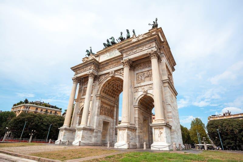 Αψίδα της ειρήνης, ή Arco ρυθμός della, πύλη πόλεων στο κέντρο της παλαιάς κωμόπολης του Μιλάνου στοκ φωτογραφία