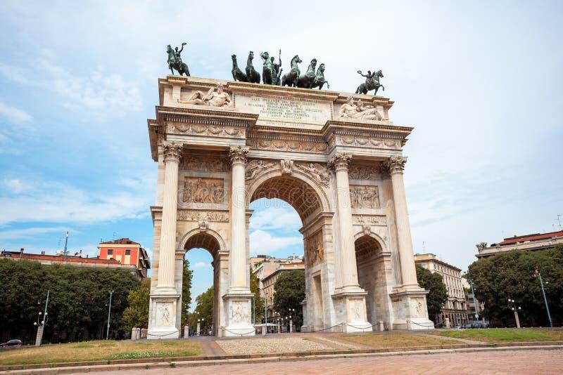 Αψίδα της ειρήνης, ή Arco ρυθμός della, πύλη πόλεων στο κέντρο της παλαιάς κωμόπολης του Μιλάνου στοκ φωτογραφίες