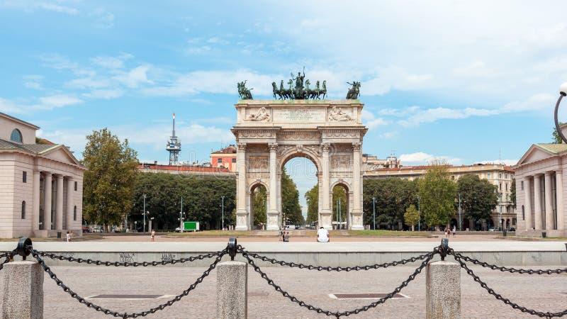 Αψίδα της ειρήνης, ή Arco ρυθμός della, πύλη πόλεων στο κέντρο της παλαιάς κωμόπολης του Μιλάνου στοκ εικόνα