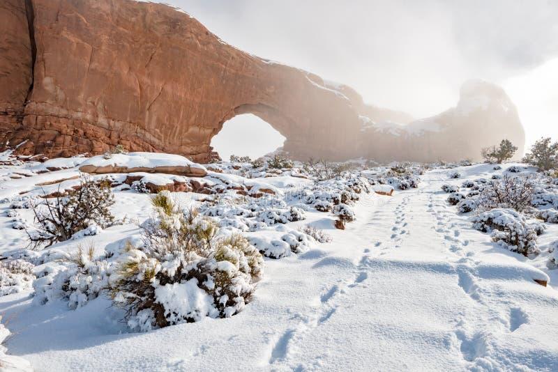 Αψίδα Γιούτα παραθύρων στη χειμερινά πορεία και τα ίχνη στοκ εικόνα με δικαίωμα ελεύθερης χρήσης