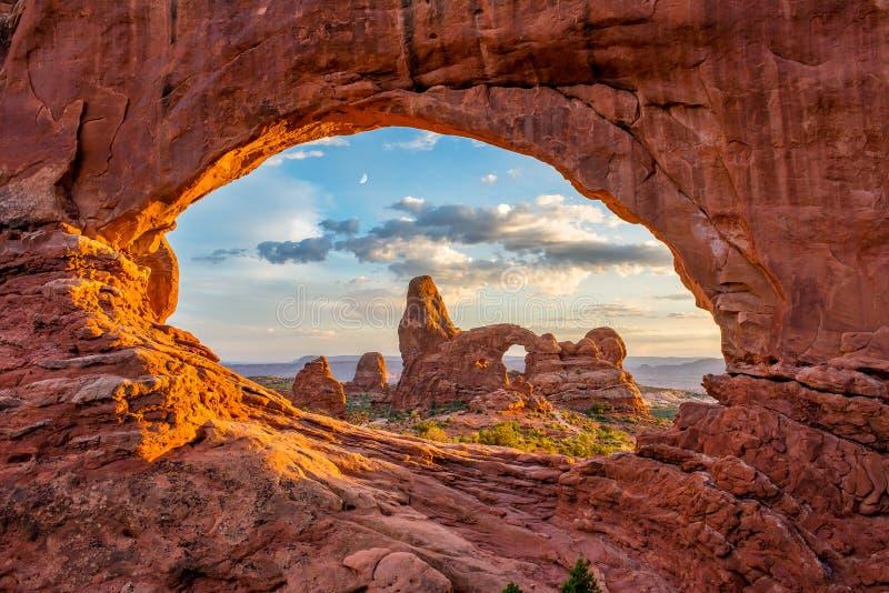Αψίδα πυργίσκων, βόρειο παράθυρο, εθνικό πάρκο αψίδων, Γιούτα στοκ φωτογραφίες με δικαίωμα ελεύθερης χρήσης