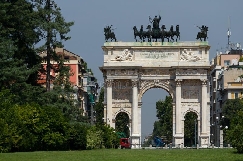 Αψίδα της ειρήνης Sempione στο πάρκο, Μιλάνο στοκ εικόνα