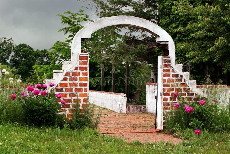 Αψίδα τούβλου του εγκαταλειμμένου κτηρίου στοκ φωτογραφία με δικαίωμα ελεύθερης χρήσης