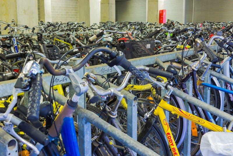 Αϊντχόβεν, Κάτω Χώρες - 13 Δεκεμβρίου 2017: Πολλά ποδήλατα που σταθμεύουν στο κέντρο πόλεων στοκ εικόνες