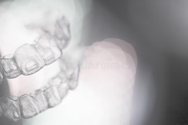 Αόρατο οδοντικό orthodontics στο χρωματισμένο υπόβαθρο στοκ φωτογραφία με δικαίωμα ελεύθερης χρήσης