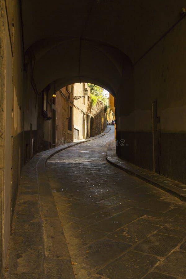 Αλέα σε μια παλαιά πόλη από την Τοσκάνη, Ιταλία στοκ εικόνα με δικαίωμα ελεύθερης χρήσης