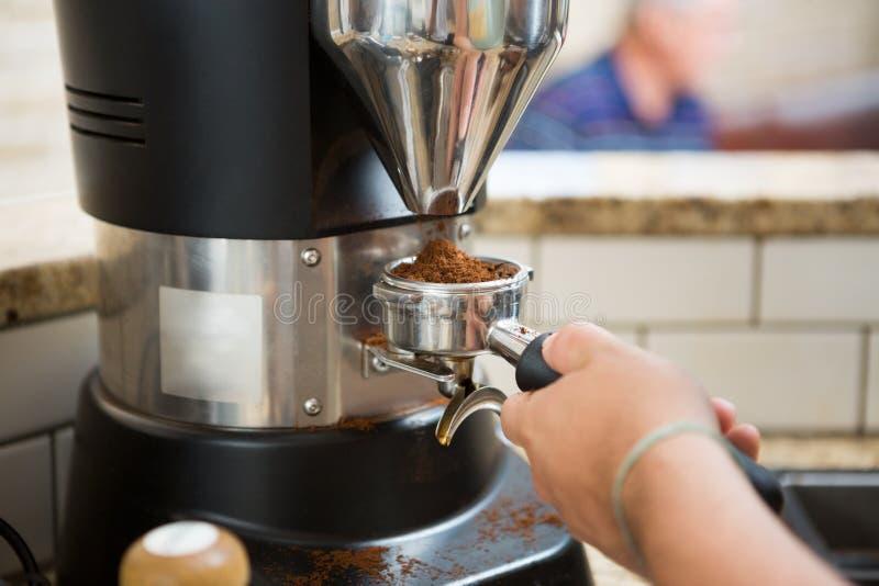 Αλέθοντας καφές Barista στοκ εικόνα