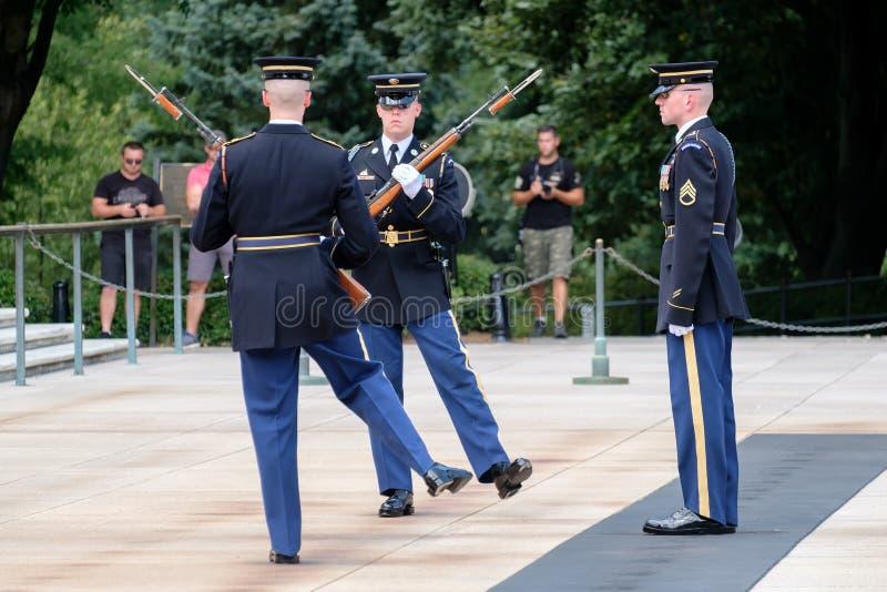 Αλλαγή της φρουράς στον τάφο του άγνωστου στο εθνικό νεκροταφείο του Άρλινγκτον στοκ φωτογραφία