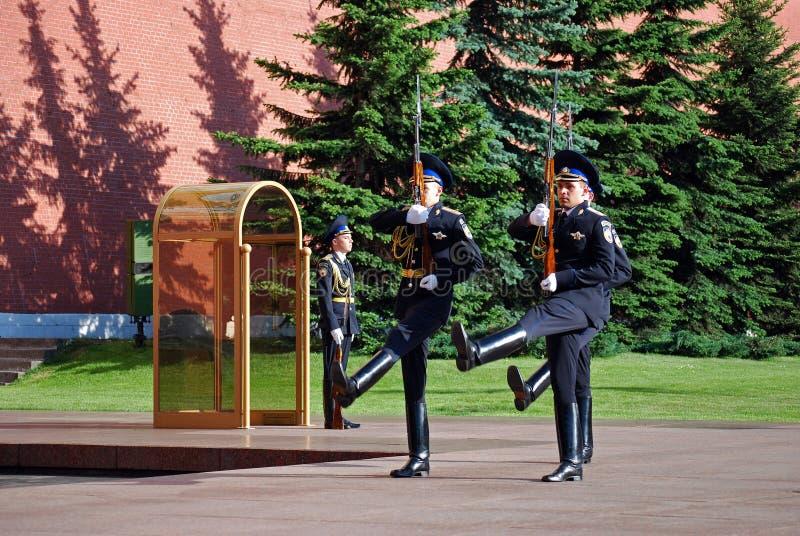 Αλλαγή της φρουράς στον τάφο του άγνωστου στρατιώτη σε Aleksandrovsk σε έναν κήπο Μόσχα στοκ φωτογραφία