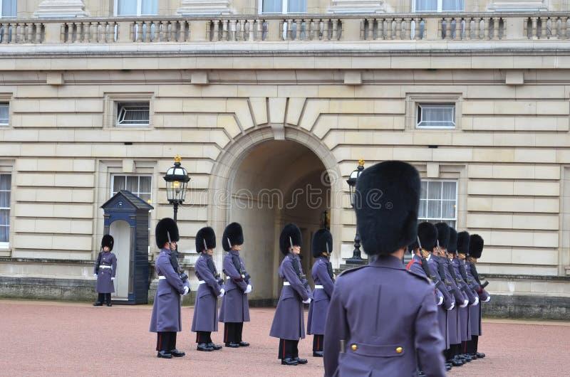 Αλλαγή της φρουράς στο Buckingham Palace, Λονδίνο στοκ φωτογραφία με δικαίωμα ελεύθερης χρήσης