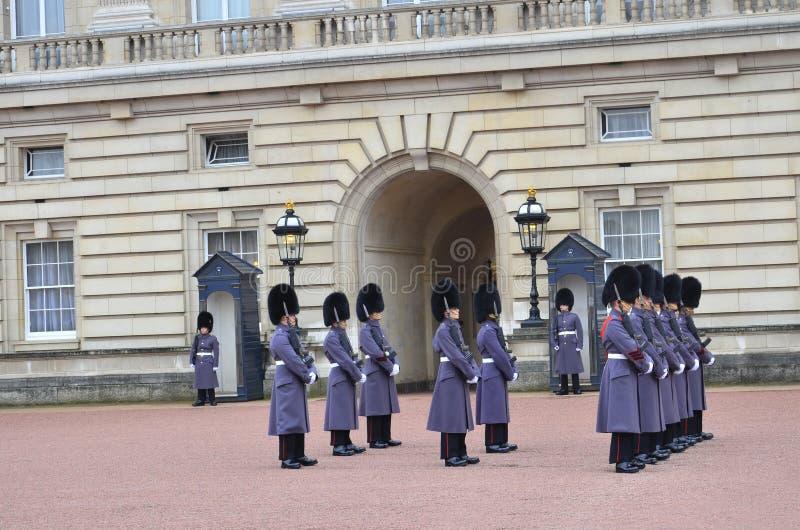 Αλλαγή της φρουράς στο Buckingham Palace στο Λονδίνο στοκ εικόνα με δικαίωμα ελεύθερης χρήσης