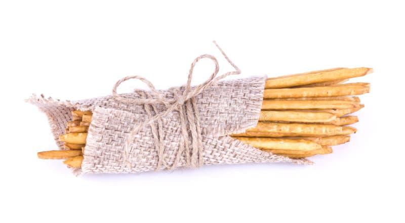 Αλατισμένα ραβδιά που δένονται Άχυρα sackcloth που απομονώνεται Αλμυρά ραβδιά W στοκ φωτογραφία με δικαίωμα ελεύθερης χρήσης