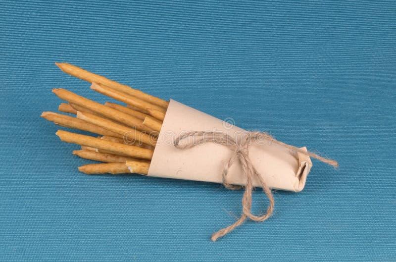 Αλατισμένα ραβδιά σε μια τσάντα εγγράφου στοκ εικόνες