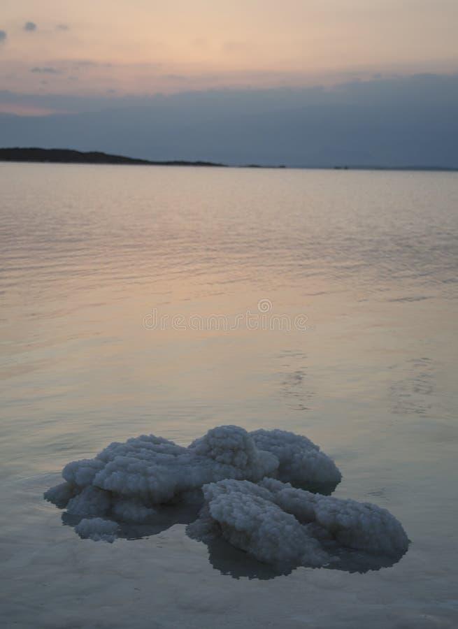 Αλατισμένοι βράχοι στη νεκρή θάλασσα στοκ φωτογραφίες