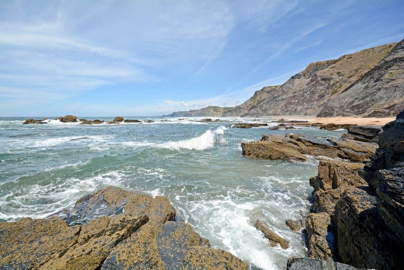 Αλγκάρβε: Βράχοι σε κάθε Praia do Castelejo κοντά σε Sagres, Πορτογαλία στοκ εικόνες