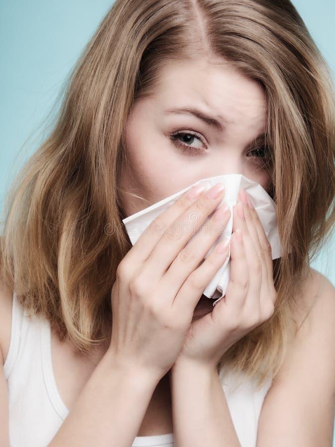 Αλλεργία γρίπης Άρρωστο κορίτσι που φτερνίζεται στον ιστό υγεία στοκ φωτογραφία