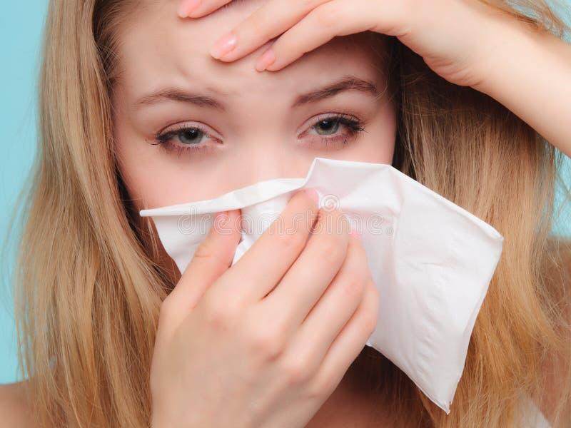 Αλλεργία γρίπης Άρρωστο κορίτσι που φτερνίζεται στον ιστό υγεία στοκ φωτογραφίες