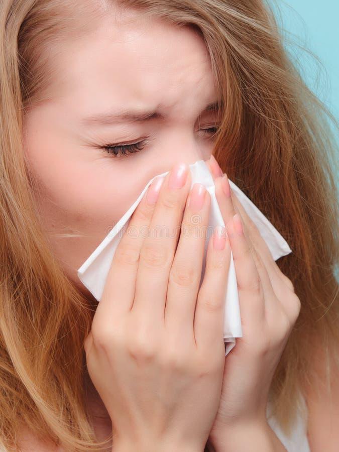 Αλλεργία γρίπης Άρρωστο κορίτσι που φτερνίζεται στον ιστό υγεία στοκ φωτογραφίες με δικαίωμα ελεύθερης χρήσης