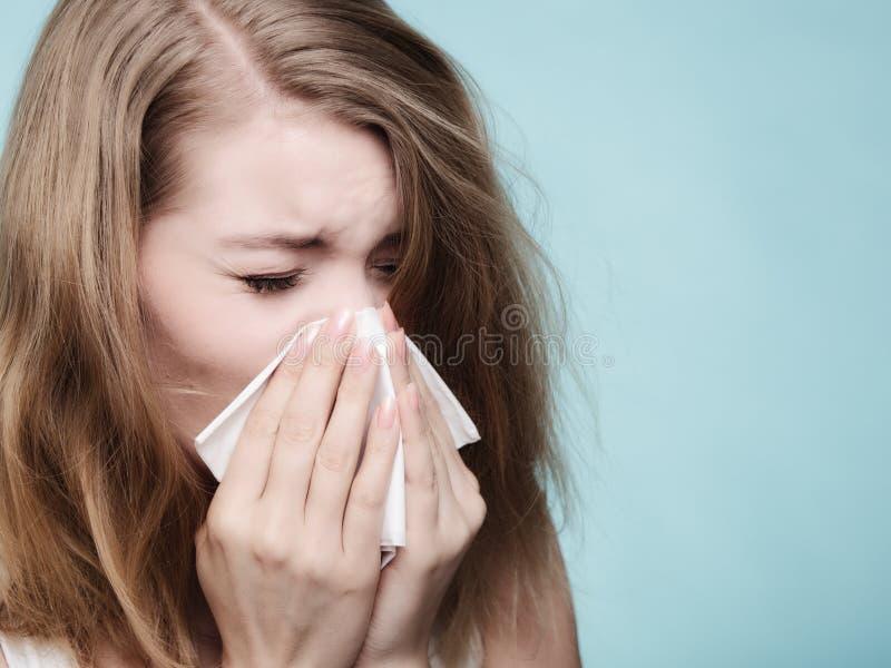 Αλλεργία γρίπης Άρρωστο κορίτσι που φτερνίζεται στον ιστό υγεία στοκ εικόνες
