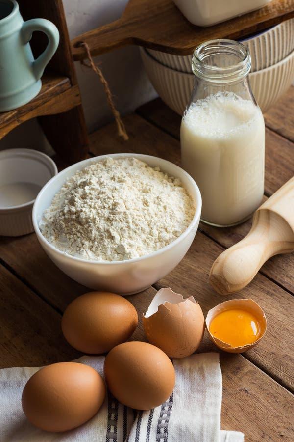 Αλεύρι συστατικών ψησίματος, αυγά, ανοικτός λέκιθος, γάλα, κυλώντας καρφίτσα, ντουλάπι, αγροτικό εσωτερικό κουζινών στοκ φωτογραφία με δικαίωμα ελεύθερης χρήσης