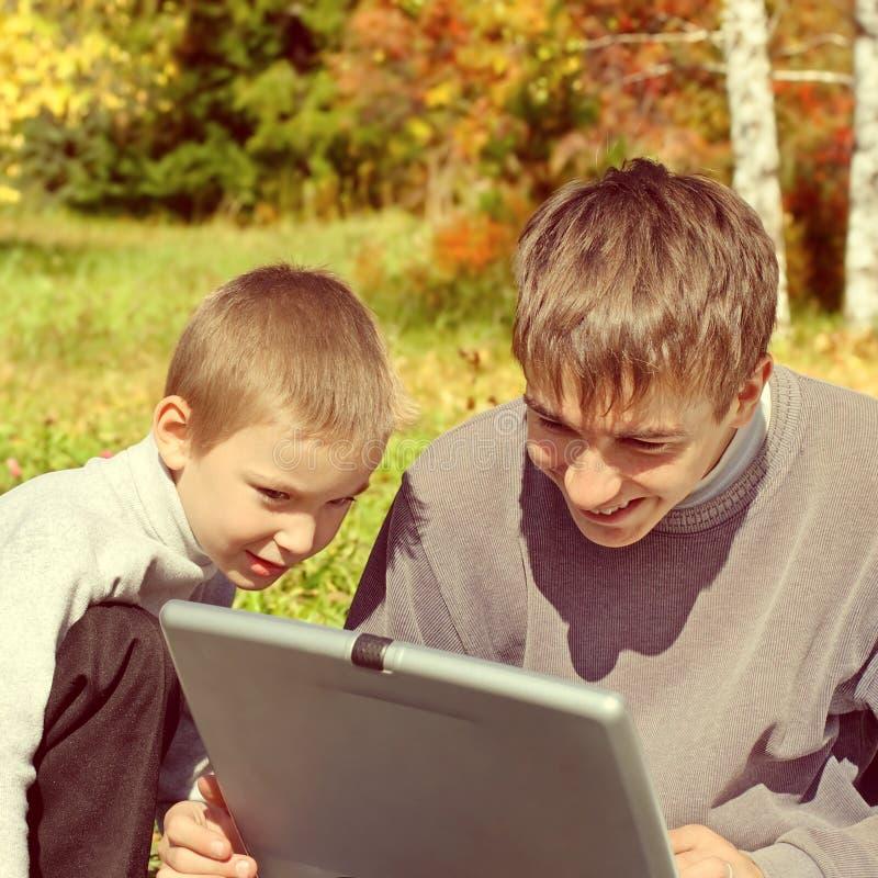 Αδελφοί με το lap-top στοκ φωτογραφία με δικαίωμα ελεύθερης χρήσης