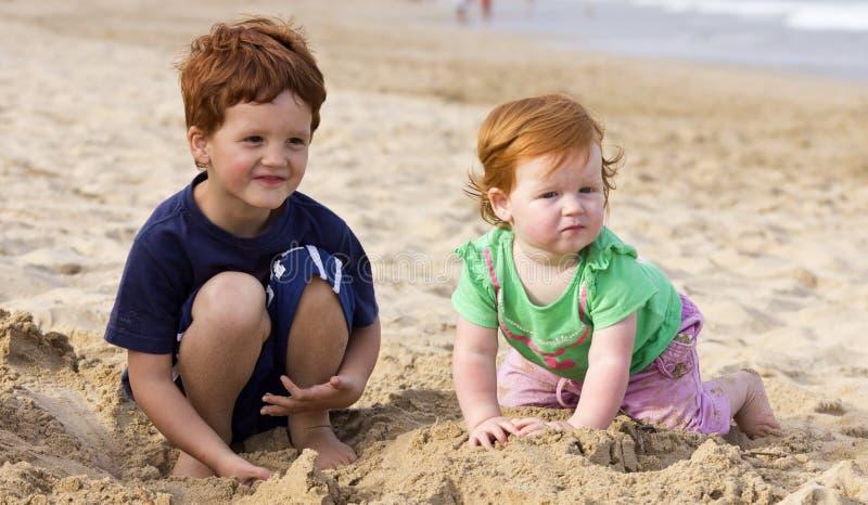Αδελφός και αδελφή στην παραλία στοκ φωτογραφία με δικαίωμα ελεύθερης χρήσης