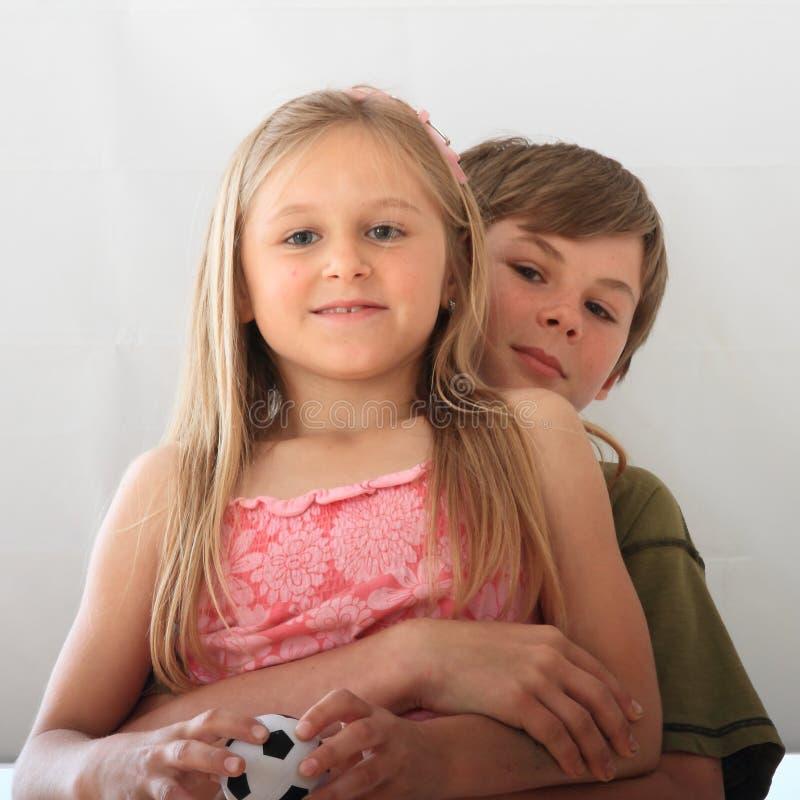 Αδελφός που αγκαλιάζει την αδελφή του στοκ φωτογραφίες