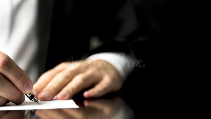 Αλληλογραφία γραψίματος επιχειρηματιών στοκ φωτογραφία