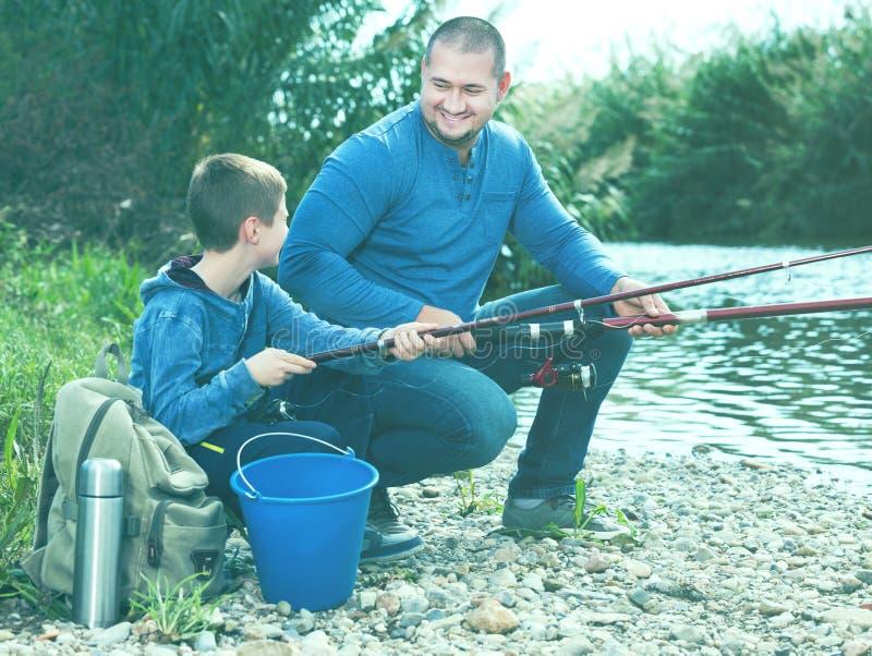 Αλιεία ατόμων και μικρών παιδιών στοκ εικόνες με δικαίωμα ελεύθερης χρήσης